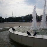 У центрального фонтана