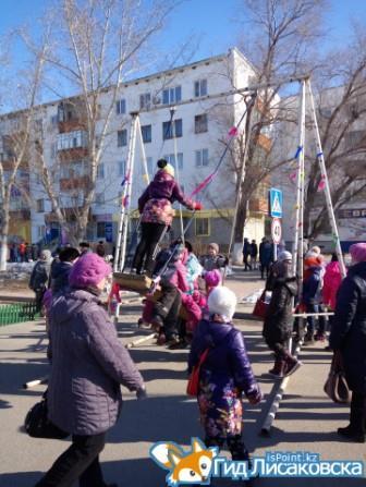 Наурыз 2017, качели - отличное развлечение для детей